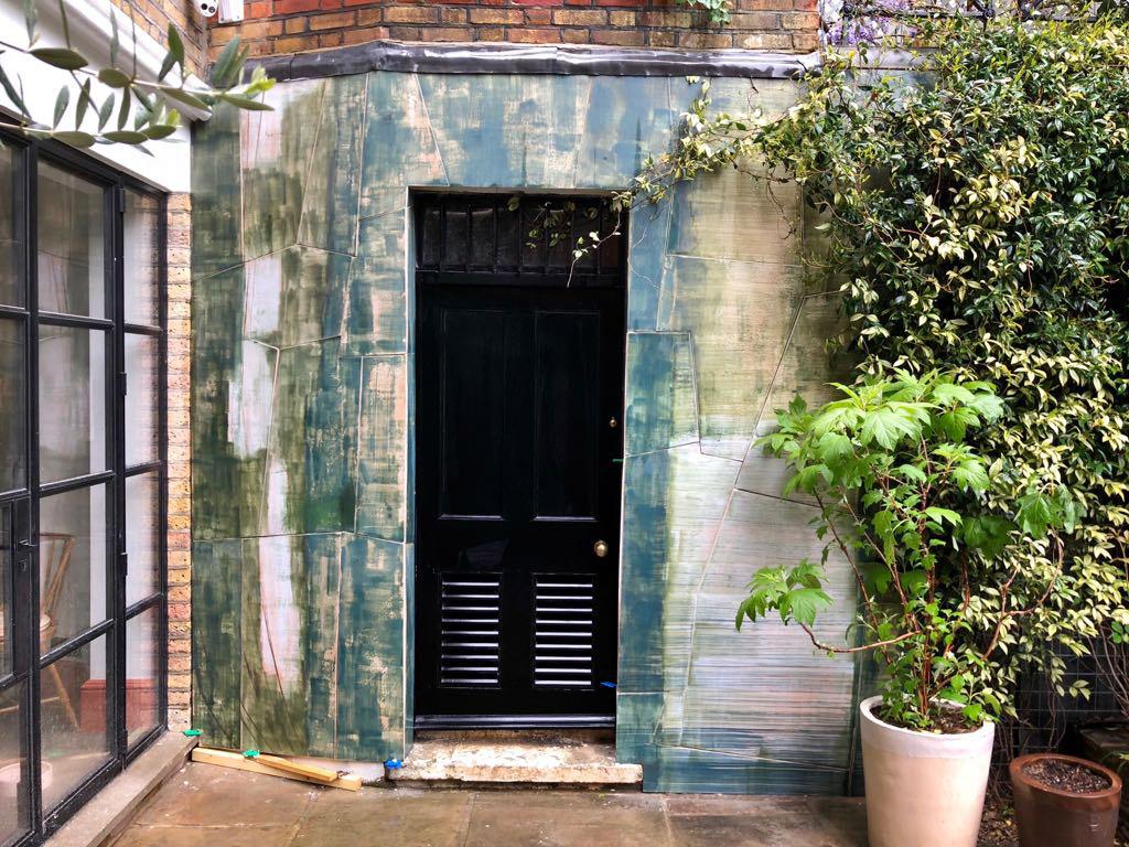Tour de porte, 2017, grès émaillé, 3x3,16 m, Londres. §À la demande de Pierre Yovanovitch.