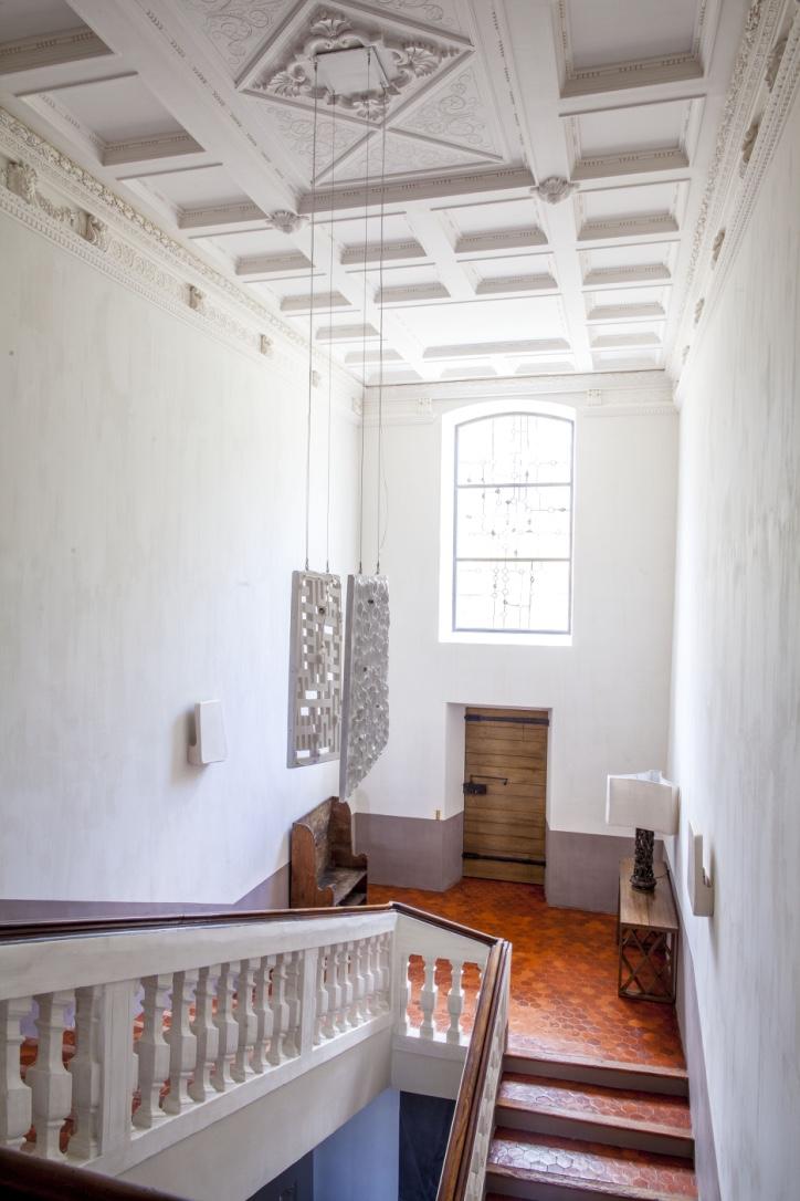 Lustre, 2013, faïence émaillée, 1,25x0,90m, Château de Fabrègues, Provence. §À la demande de Pierre Yovanovitch.