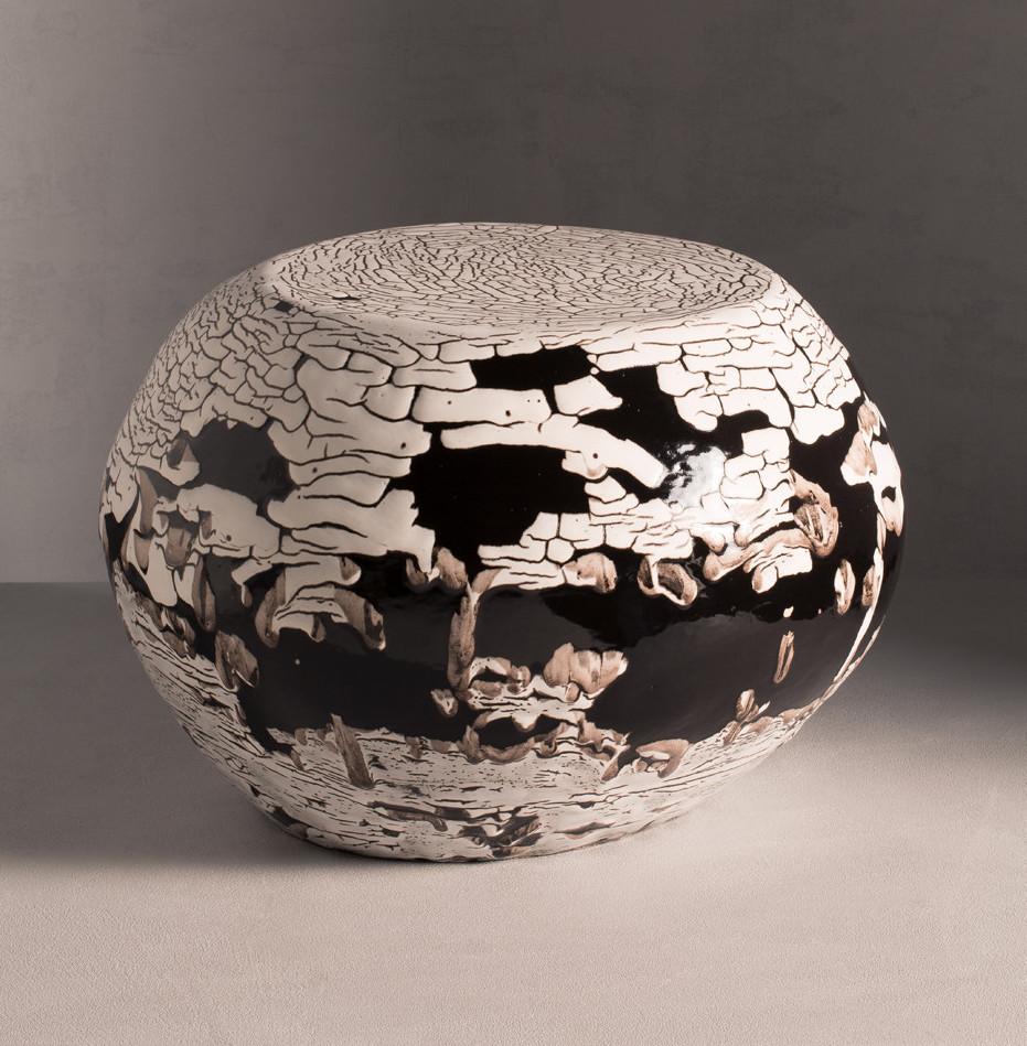 Table galet, 2017, grès émaillé, 60x58x38 cm, New York, R&Company. Création Armelle Benoit pour Pierre Yovanovitch.