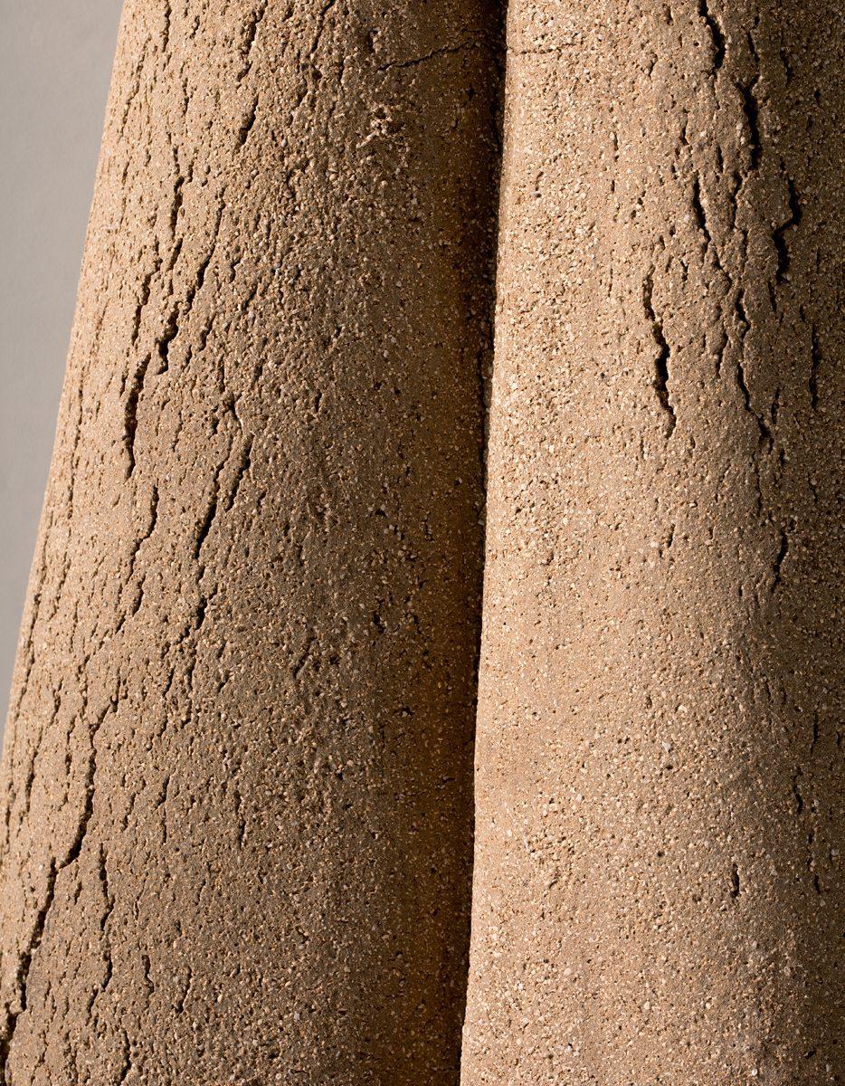Lampadaire Marsha, 2017, grès d\'Irak, 130x34 cm, New York, R&Company. Création Armelle Benoit pour Pierre Yovanovitch.