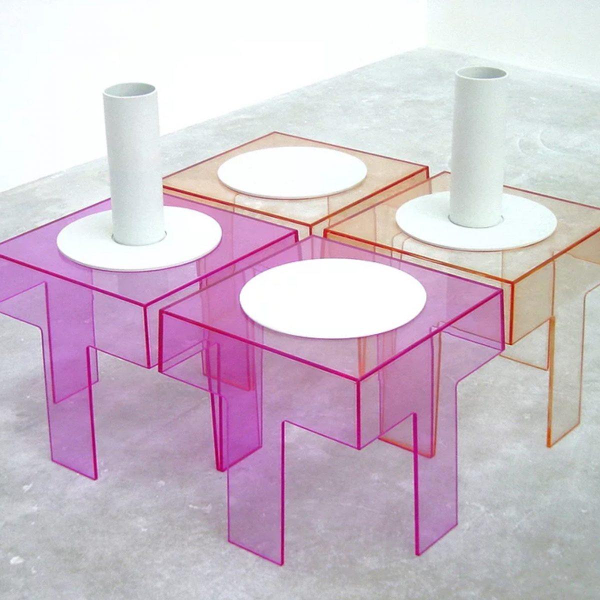 Tables d\'appoint en Plexiglas et porcelaine, 2000, 0,4x0,42x0,42 m & 0,8x0,42x0,42 m .§En collaboration avec Marie-Christine Dorner, Fondation du FIACRE.
